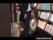 本屋でせんづり鑑賞させた女にそのままイラマでフエラチオさせる動画像無料