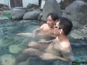 露天風呂で美人な女子大生にデカチンコをせんづり鑑賞させる動画像無料