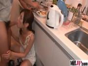 父の再婚相手の美人ママに内緒で手こキ動画発射