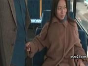 バスで逆痴漢してる四十路美熟女のてこキ動画 おばさん